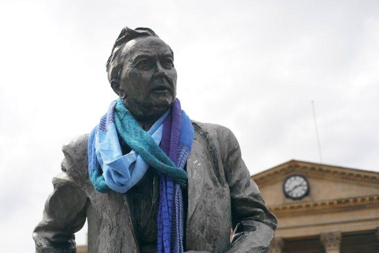 Statue of Harold Wilson wearing an oversized scarf