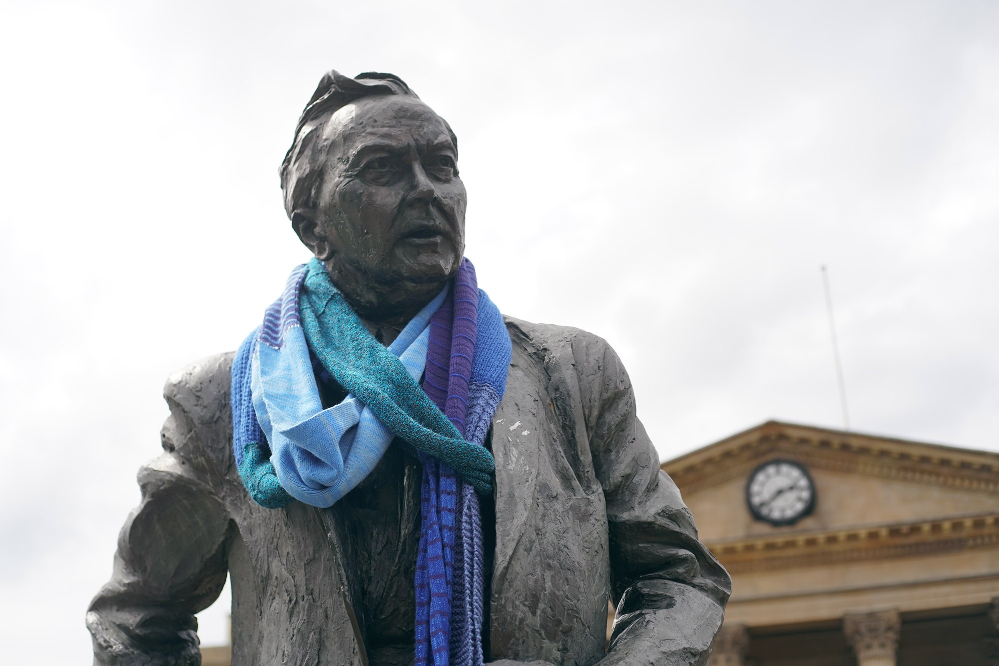 Statue of Harold Wilson wearing an oversized scarf